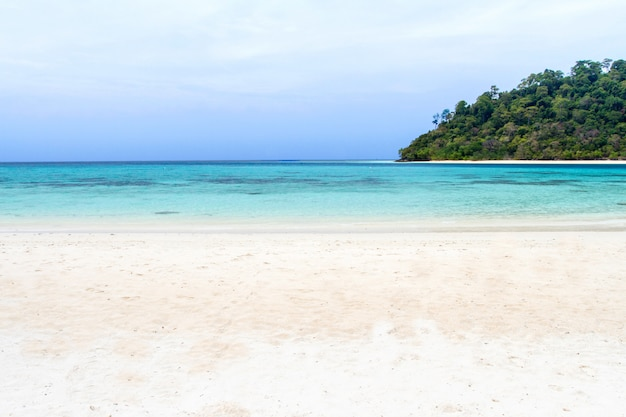Plage et vague mer bleue à koh rok, krabi, thaïlande