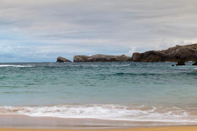 Plage avec des vagues et sans personnes