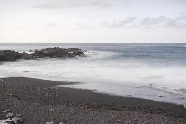 Plage volcanique de mesa del mar, tacoronte, tenerife, îles canaries, espagne