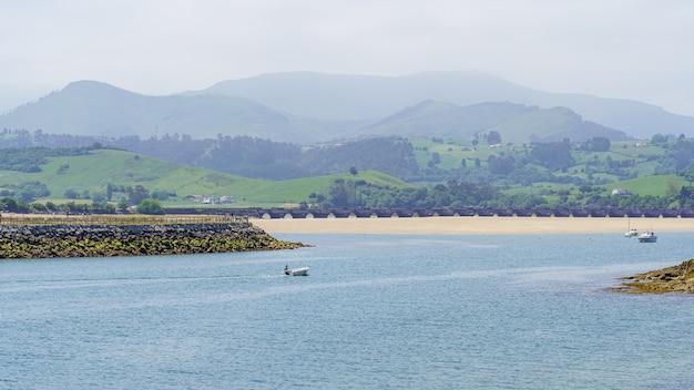 Plages de sable fin et bateaux amarrés dans la mer près du rivage