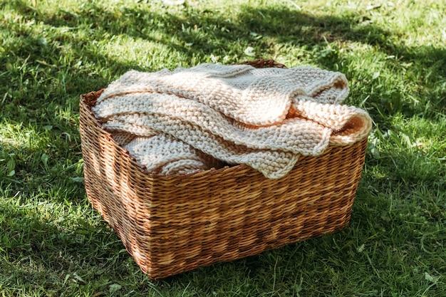 Plaid beige tricoté à la main dans le panier.