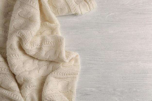 Plaid doux confortable sur fond de bois blanc