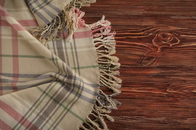 Plaid doux et confortable sur fond de bois