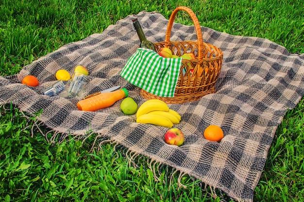 Plaid pour un pique-nique sur l'herbe. mise au point sélective.
