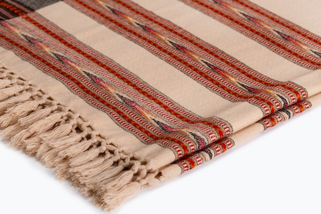 Plaids / étoles chauds avec un motif sur blanc. accessoires pour temps froid en matériau naturel.