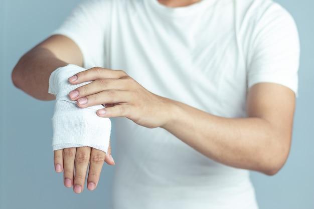 Plaies au poignet, pansements à la main, remède contre la douleur