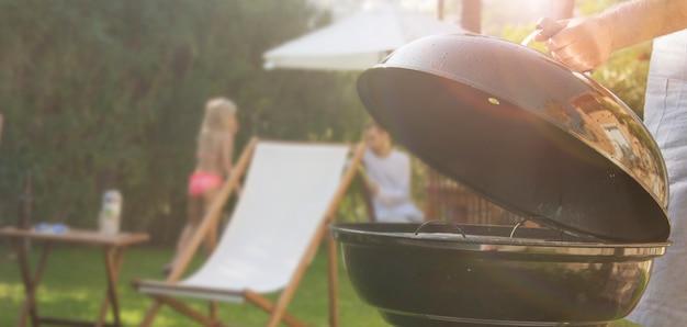 Plaisir d'été. barbecue pour le dîner d'été en famille dans la cour arrière de la maison.