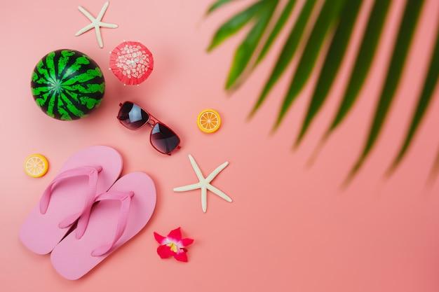 Plan accessoire vue de dessus de table pour voyager plage en vacances d'été