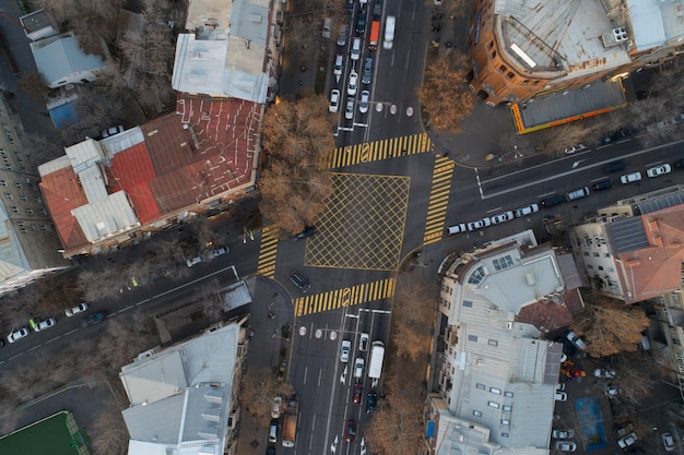 Plan aérien de traverser des rues
