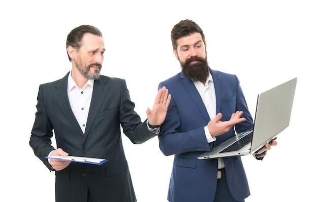 Plan d'affaires. directeur commercial ou patron surfant sur internet. logiciel pour la comptabilité. réunion d'affaires. l'homme barbu montre un ordinateur portable de rapport financier. discuter des progrès. les collègues travaillent ensemble.