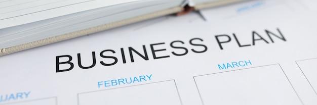 Plan d'affaires vierge pour l'année imprimé sur une liste papier