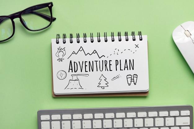 Plan d'aventure dessiné à la main sur un cahier.