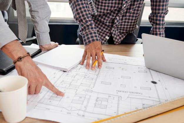 Plan de bâtiment dans une tablette d'ingénieurs en construction