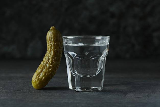 Plan de boisson et cornichon sur un mur sombre