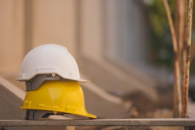 Plan de casque sur bois à l'outil d'équipement de chantier pour l'ingénieur