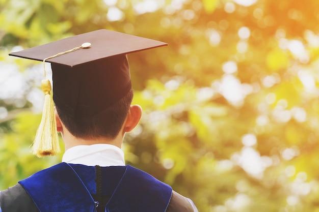 Plan de chapeaux de graduation pendant le début de réussite des diplômés de l'université, félicitations pour l'éducation au concept. cérémonie de remise des diplômes, a félicité les diplômés de l'université lors de leur entrée en fonction.