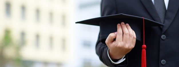 Plan de chapeaux de graduation pendant le début de réussite des diplômés de l'université, félicitations pour l'éducation au concept.