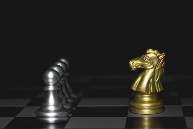 Plan d'un cheval d'or échiquier en mouvement. concept de stratégie, victoire de l'entreprise.