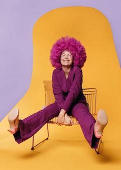 Plan complet de belle femme avec costume violet