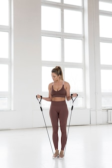 Plan complet de la belle femme faisant de la gymnastique rythmique