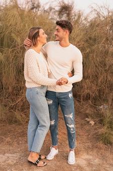 Plan complet d'un couple qui se regarde