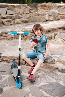 Plan complet d'un enfant jouant dans un parc
