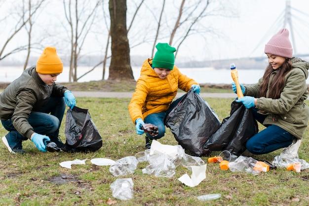 Plan complet d'enfants recyclant au sol