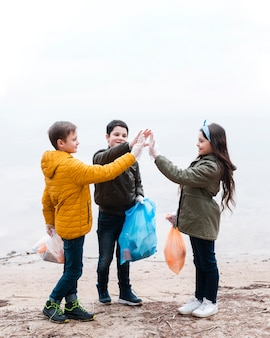 Plan complet d'enfants avec des sacs en plastique