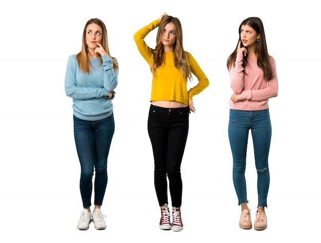 Un plan complet d'un groupe de personnes avec des vêtements colorés ayant des doutes