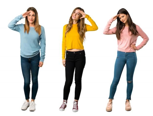 Un plan complet d'un groupe de personnes avec des vêtements colorés saluant