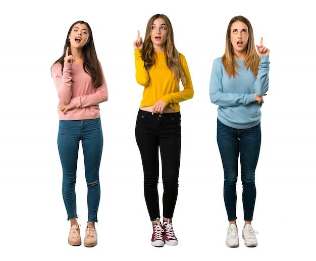 Un plan complet d'un groupe de personnes avec des vêtements colorés en train de penser à une idée tout en regardant