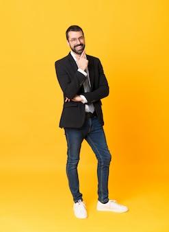Plan complet d'homme d'affaires isolé sur jaune avec des lunettes et heureux