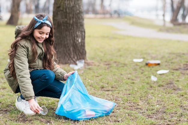 Plan complet de petite fille recyclant