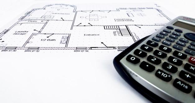 Plan de conception d'ingénierie avec outils d'ingénierie et calculatrice scientifique - collection de photos de thème d'ingénierie