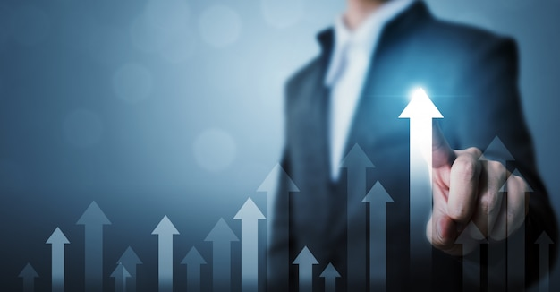 Plan de croissance future d'entreprise pointant graphique homme d'affaires flèche et pourcentage d'augmentation