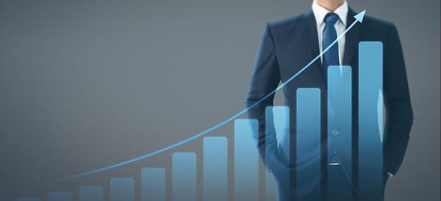 Plan de croissance des hommes d'affaires plan graphique des indicateurs positifs de graphique dans son entreprise
