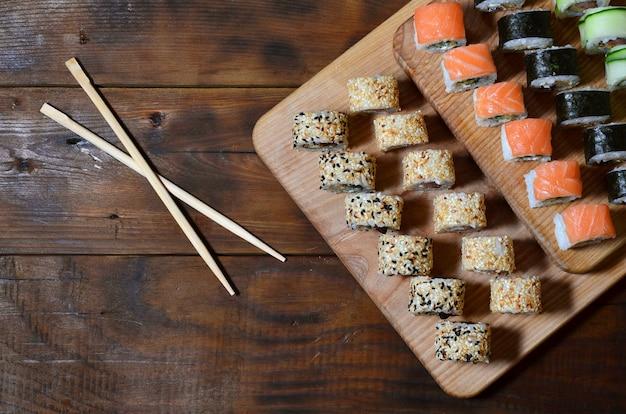 Un plan détaillé d'un ensemble de rouleaux de sushi japonais et un dispositif pour leur utilisation baguettes