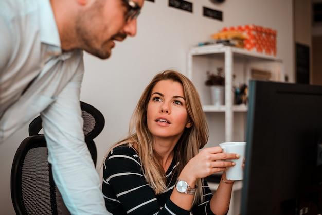 Plan de deux jeunes entrepreneurs heureux de travailler au bureau.