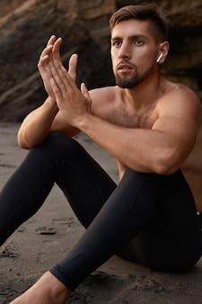 Plan du bodybuilder a un corps en forme saine et solide