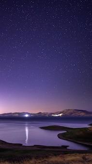 Plan d'eau sous un ciel bleu pendant la nuit