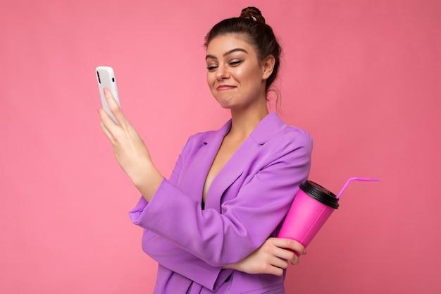 Plan d'une femme brune caucasienne qui rit heureux tient du café à emporter vêtu de vêtements décontractés