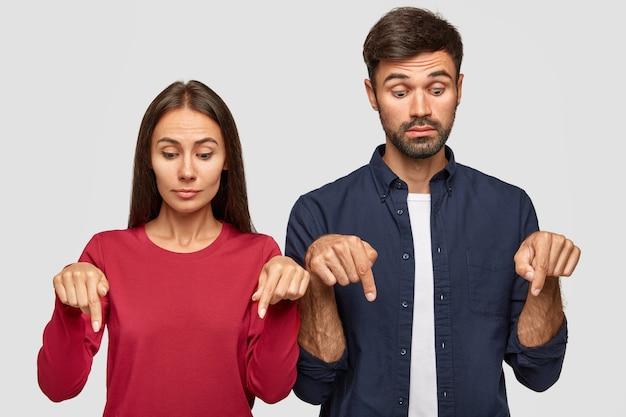 Plan d'une femme et d'un homme curieux ont surpris des expressions
