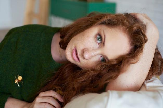 Plan d'une fille inquiète allongée sur un canapé