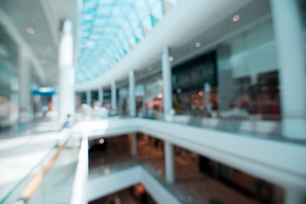 Plan flou de l'intérieur d'un centre commercial