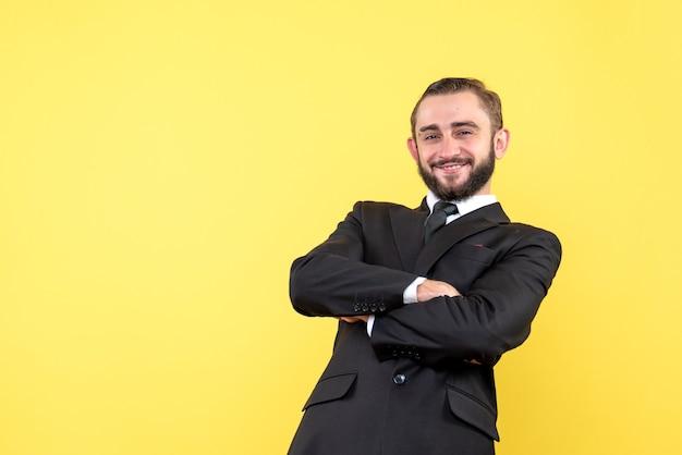 Plan frontal d'un gars satisfait se croisant les mains