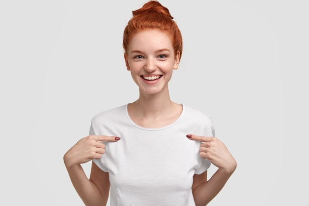 Plan horizontal d'agréables points de gingembre à l'espace de copie de ses vêtements, montre la place pour le contenu promotionnel