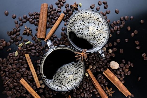Plan horizontal d'espresso et de grains de café torréfiés, gros plan