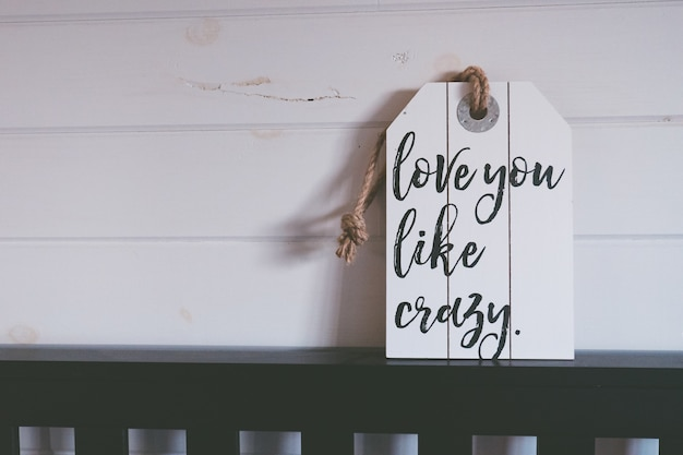 Plan horizontal d'étiquette blanche avec l'inscription t'aime comme un fou