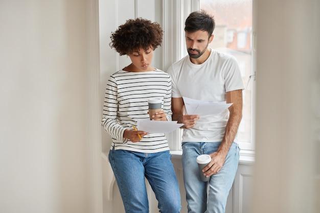 Plan horizontal d'une femme africaine, son mari étudie le budget familial, fait des comptes