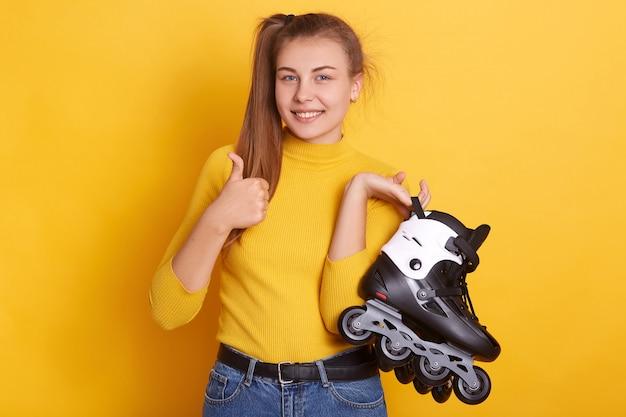 Plan horizontal de femme positive avec queue de cheval